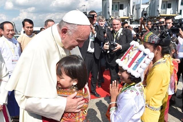 Ferenc pápa megkezdte mianmari látogatását