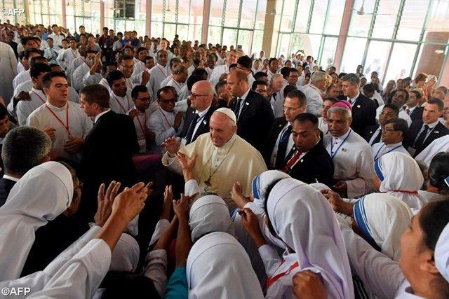 Ferenc pápa az unalmas beszéd helyet rögtönzött