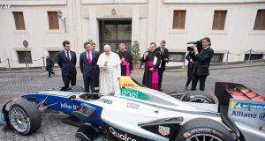 A pápa megáldotta a Forma-E elektromos autóját