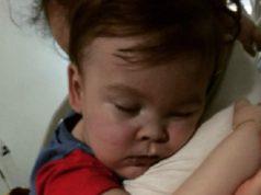 Levették a lélegeztetőgépről a halálos beteg kisfiút, de ő így is küzd az életéért