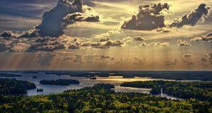 Vonuló felhők felett örökké kék az ég. (Herczeg Ferenc, Az aranyhegedű)