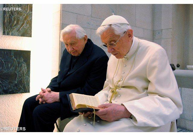 XVI. Benedek testvérével együtt ünnepelte 91. születésnapját