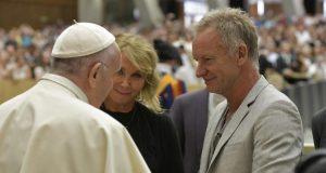 Sting a pápánál!