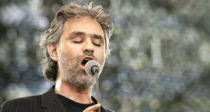 Andrea Bocelli énekel a családoknak