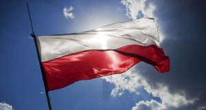 A katolikus lengyelek 38 százaléka vesz részt a vasárnapi szentmiséken , lengyel pap késes támadás