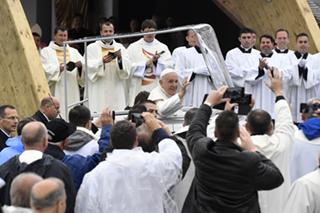 Ferenc pápa érkezik szentmiséje helyszínére, a csíksomlyói hegynyeregbe, Erdélyben 2019. június 1-jén. A katolikus egyházfő háromnapos pasztorális és ökumenikus apostoli látogatáson vesz részt Romániában.
