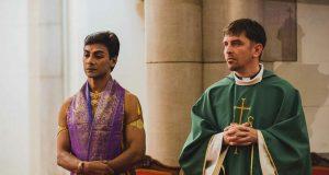 Botrány lett a missén félmeztelenül táncoló papból