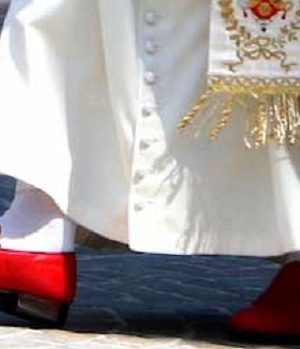 Miért van vörös cipő a pápán?