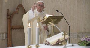 Ferenc pápa A keresztény árral szemben úszik