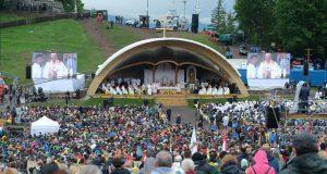 Ferenc pápa szentmisét pontifikál a csíksomlyói hegynyeregben, Erdélyben 2019. június 1-jén. A katolikus egyházfő háromnapos pasztorális és ökumenikus apostoli látogatáson vesz részt Romániában.